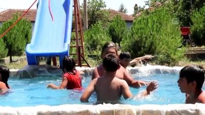 Çocuklar atıl durumdaki süs havuzunu 'aqua park'a çevirdi - DENİZLİ