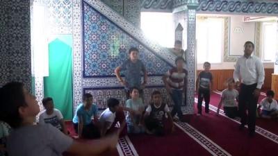 Çocuklar camiye badmintonla teşvik ediliyor - AMASYA