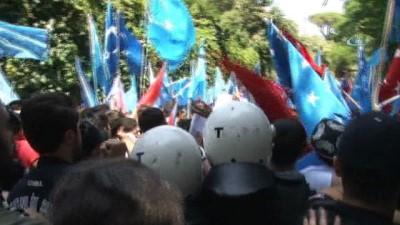 Çin Konsolosluğu önünde olaylı protesto