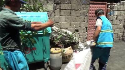 Kahramanmaraş'taki bir evden 3 kamyon çöp çıktı