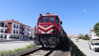 Burdur'da yük treninin çarptığı yaya ağır yaralandı