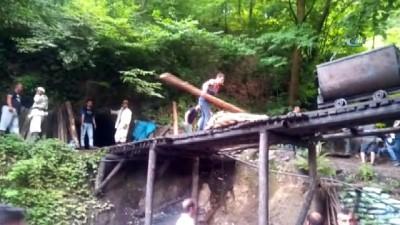 saglik ekibi -  Kaçak maden ocağında göçük: 2 işçi göçük altında