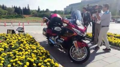 Sofuoğlu yemin törenine motosikletiyle geldi