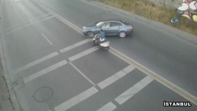 Otomobile çarpan motosikletli yola savruldu...Kaza anı kameralara yansıdı
