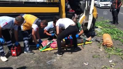 Zincirleme trafik kazası: 3 yaralı - İZMİR