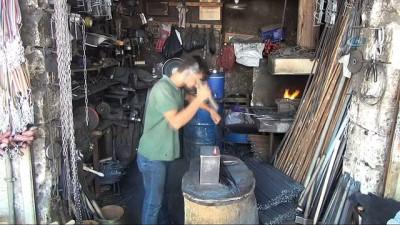 lise ogrencisi -  90 derece sıcaklıkta demir bükerek aile geçimine katkı sağlıyor - 19 yaşındaki genç 8 yıldır ailesine bakıyor