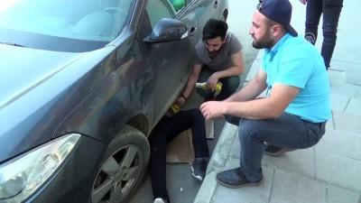 Araç motoruna sıkışan yavru kedi kurtarıldı - HAKKARİ