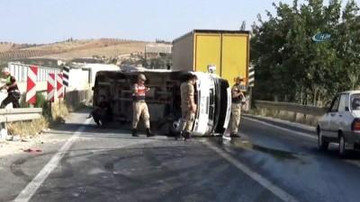 İşçi taşıyan servis devrildi: 17 yaralı