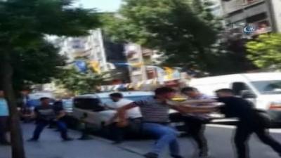 grup genc -  İstanbul'da laf atma kavgasında tekme ve yumruklar havada uçuştu