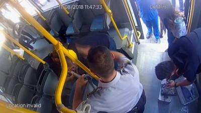 Otobüste fenalaşan yolcuyu kurtarma çabası kamerada