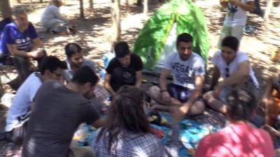 Her hafta sonu ayrı bir yerde kamp yapıyorlar