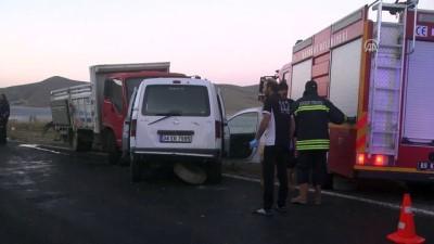 Kamyon ile otomobil çarpıştı: 2 ölü - BAYBURT