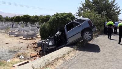 Mezarlığa düşen otomobilin sürücüsü ağır yaralandı - IĞDIR