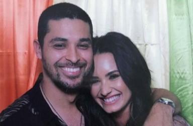 Wilmer Valderrama, Demi Lovato'yu sürekli olarak kontrol ediyor.
