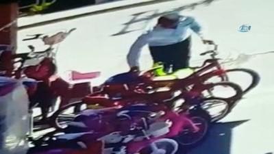 Karakolun karşısındaki dükkandan bisiklet çalan karı koca kameralara yakalandı