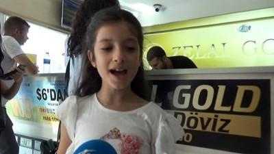 8 yaşındaki Güneş kumbarasındaki dolarları bozarak Türk Lirasına destek verdi