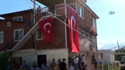 Hataylı şehidin baba evine Türk bayrağı asıldı