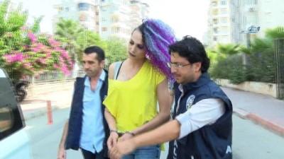 Antalya'da bir şahıs travestinin evinin penceresinden düşmüştü... O travesti yakalandı