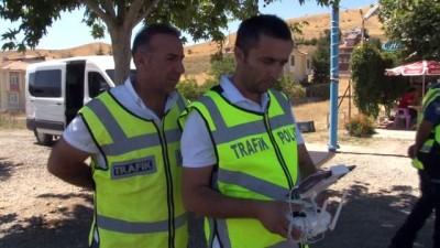 Drone ile tespit edilen hatalı sürücüler, kırmızı düdük ile uyarıldı