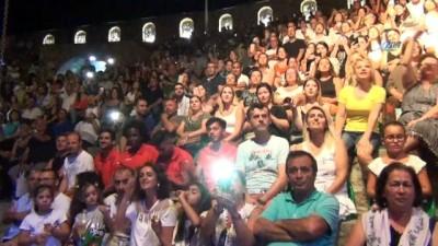 Koray Avcı en güzel şarkılarını Ayvalıkgücü Belediyespor için seslendirdi