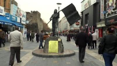 Kayseri'de kaldırılan heykelin heykeltıraşları sessizliğini bozdu