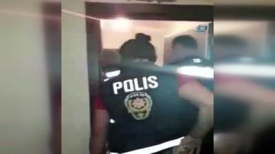 Ruhsatsız silahı Kur'an-ı kerimin altında sakladılar... Bursa'da narkotik operasyon kamerada