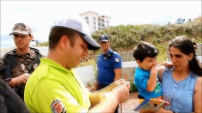 Ardahan'da polisten şeker ve kolonya ikramı