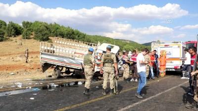Otomobille pikap çarpıştı: 4 ölü, 9 yaralı (1) - BİNGÖL