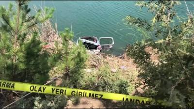 Otomobil gölete yuvarlandı: 4 ölü (1) - UŞAK