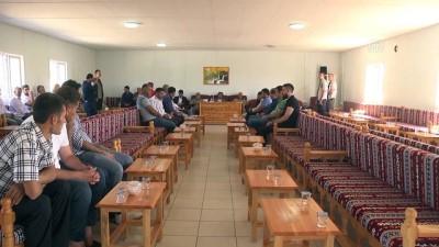 Vali Güzeloğlu, PKK'nın katlettiği köylülerin yakınlarıya bayramlaştı - DİYARBAKIR