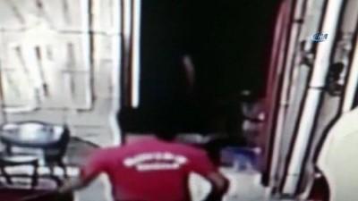 Kapının açık olmasını fırsat bilen hırsız, iş yerini soydu... O anlar kamerada