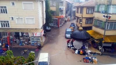 Sandıklı'da ani başlayan yağış pazar yerinde sele neden oldu