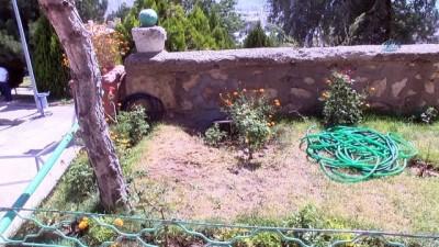 Tarihi mezar taşı duvardan çıkartıldı