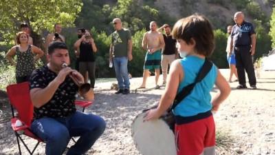Davul çalmaya 2 yaşında başladı, 5 yaşında profesyonellere taş çıkartıyor