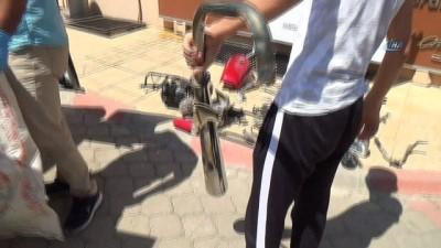 Parçalanmış motosikletini çuvalla götürdü