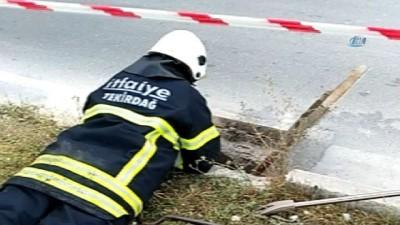 Rögarda mahsur kalan yavru kedi 4 saatlik çalışmanın ardından kurtarıldı