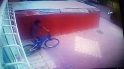 Elindeki merdiveni bıraktı bisikleti çaldı... Hırsızlık anları kamerada