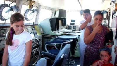 Bodrum'da savaş gemisine akın ettiler