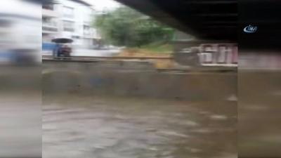 Aydın'da motosiklet sele kapıldı... O anlar kameraya böyle yansıdı