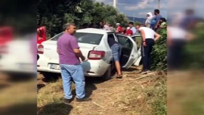İzmir'de tren otomobile çarptı, yolcular dehşeti yaşadı: 1'i ağır 2 yaralı
