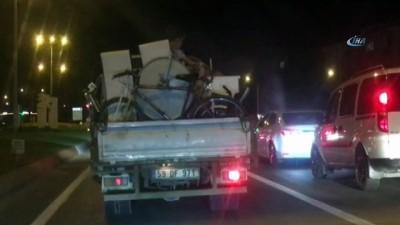 Eşya dolusu kamyonette tehlikeli yolculuk