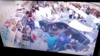 - Fren Yerine Gaza Basan Kadın Sürücü Markete Daldı