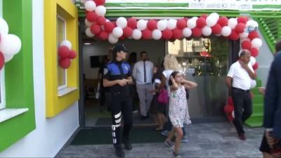 polis imdat -  Polislerden yeni eğitim ve öğretime başlayan öğrencilere hediye
