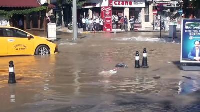 Ana su borusu patladı, iş yerlerini su bastı - UŞAK
