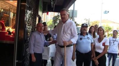 Başkan sokakları temizledi