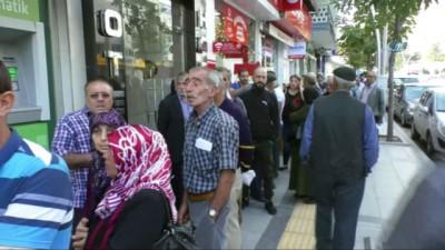 Emeklilerin metrelerce konut kuyruğu...Banka kapısında birbirleri ile yarıştılar