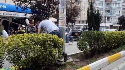 Pankarta takılan kamyonet aydınlatma direklerini yıktı