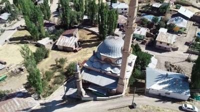 İki farklı minaresiyle dikkat çeken cami havadan görüntülendi