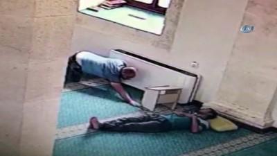 Camide sürünen hırsız uyuyan adamın telefonunu böyle çaldı