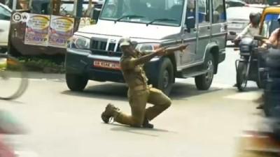 Hindistan'ın sıra dışı trafik polisleri